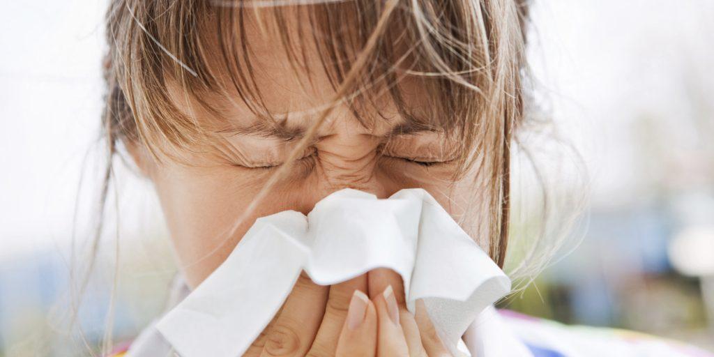 Saiba como acabar com a coceira no nariz e a sequência de espirros