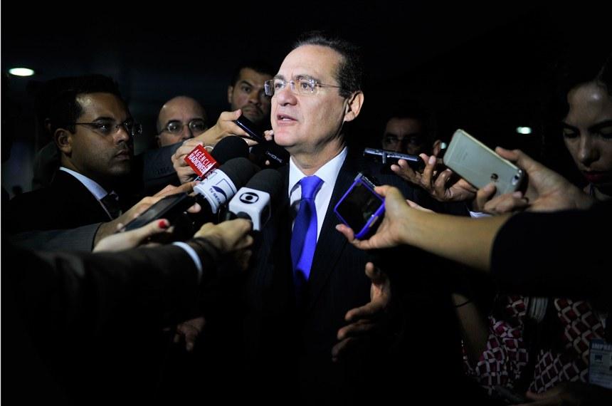 """""""É preciso cortar despesas antes de aumentar impostos"""", diz Renan Calheiros"""