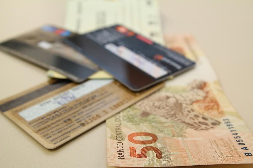 Taxa de juros do cartão de crédito bate recorde de 395,3% ao ano