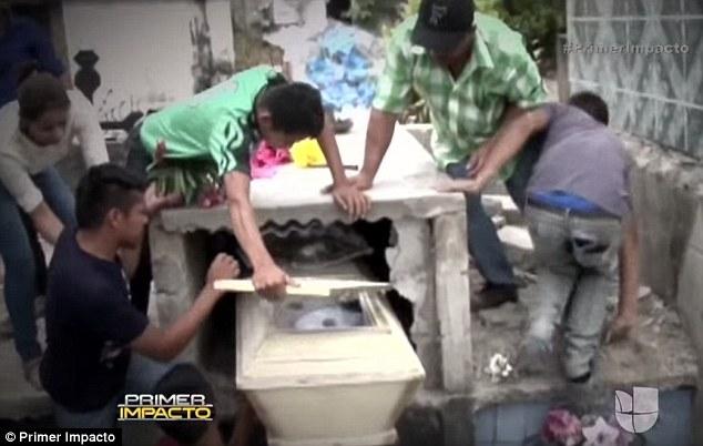 Adolescente acorda dentro do caixão após um dia, é resgatada, mas acaba morrendo no hospital