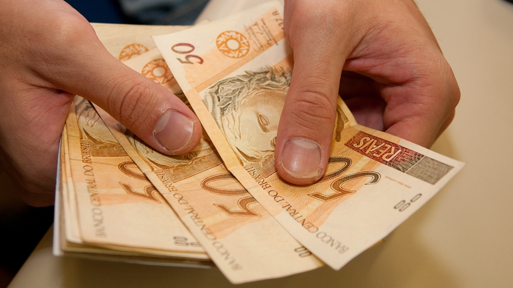 Salário mínimo pode chegar a R$ 865 em 2016, de acordo com o Projeto de Lei Orçamentária