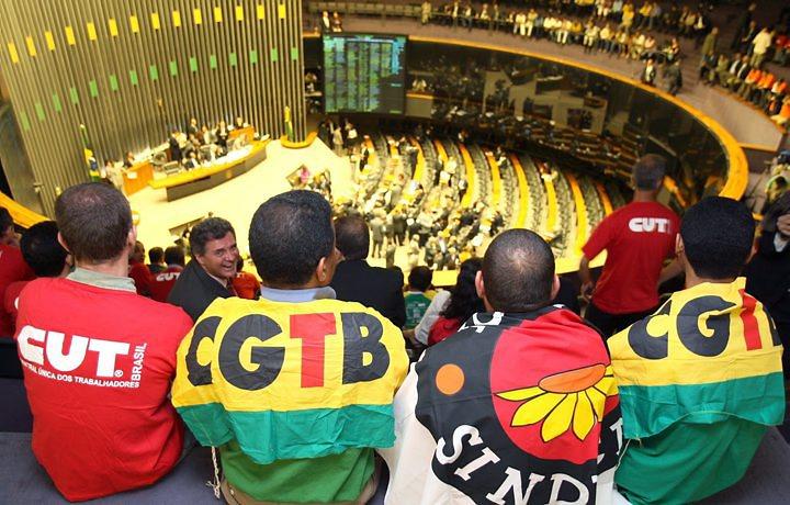Comissão rejeita horário gratuito em rádio e TV para centrais sindicais