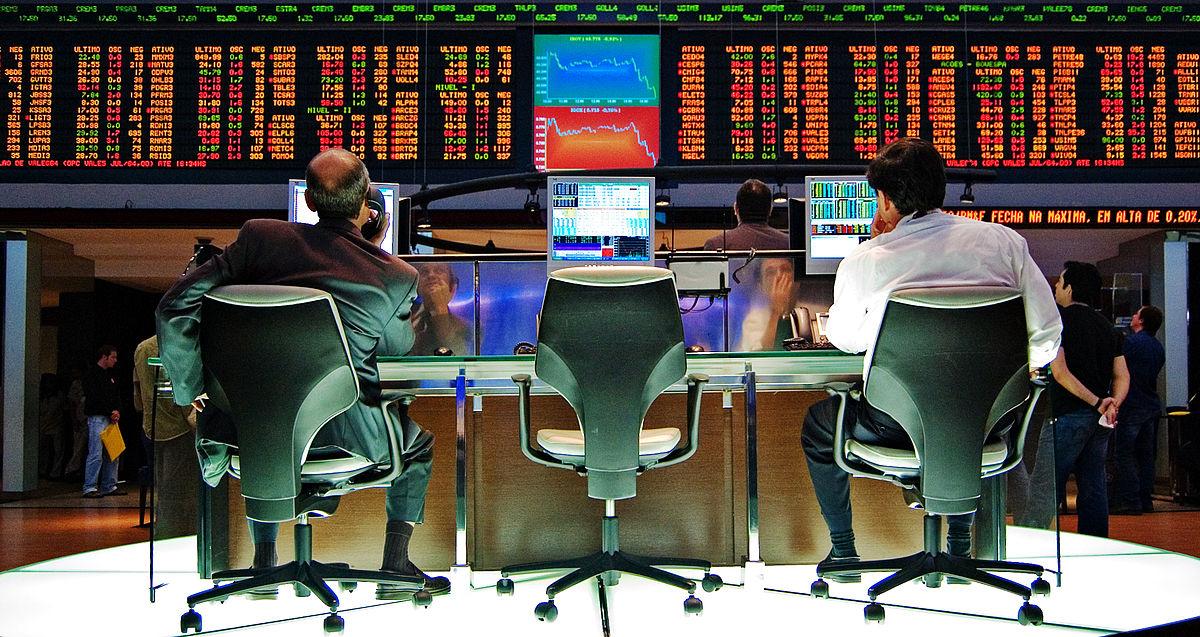 Bovespa fecha com leve queda e dólar vai a R$ 3,85