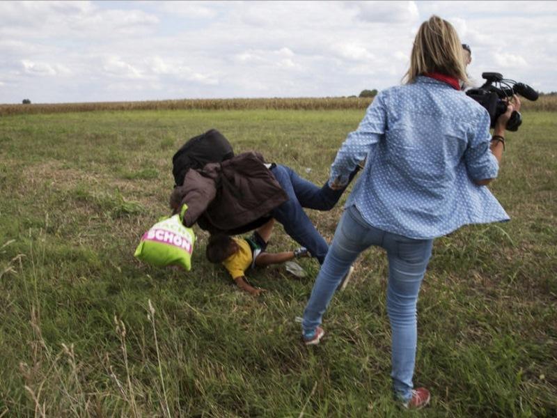 """Jornalista dá """"rasteira"""" em refugiados que tentam entrar na Hungria"""