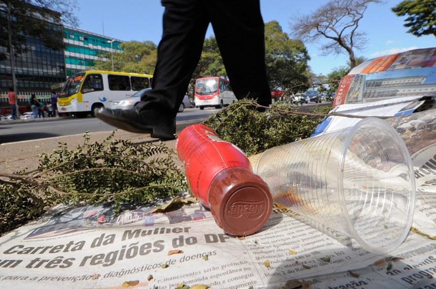 Multa para quem jogar lixo na rua pode ser adotada em todo o país
