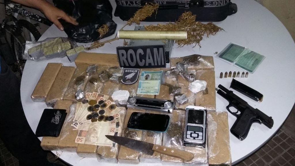 PM prende homem com arma de uso restrito e drogas na zona sul de Natal