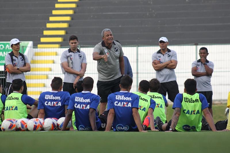 Hélio dos Anjos convoca jogadores para desafio diante do CRB