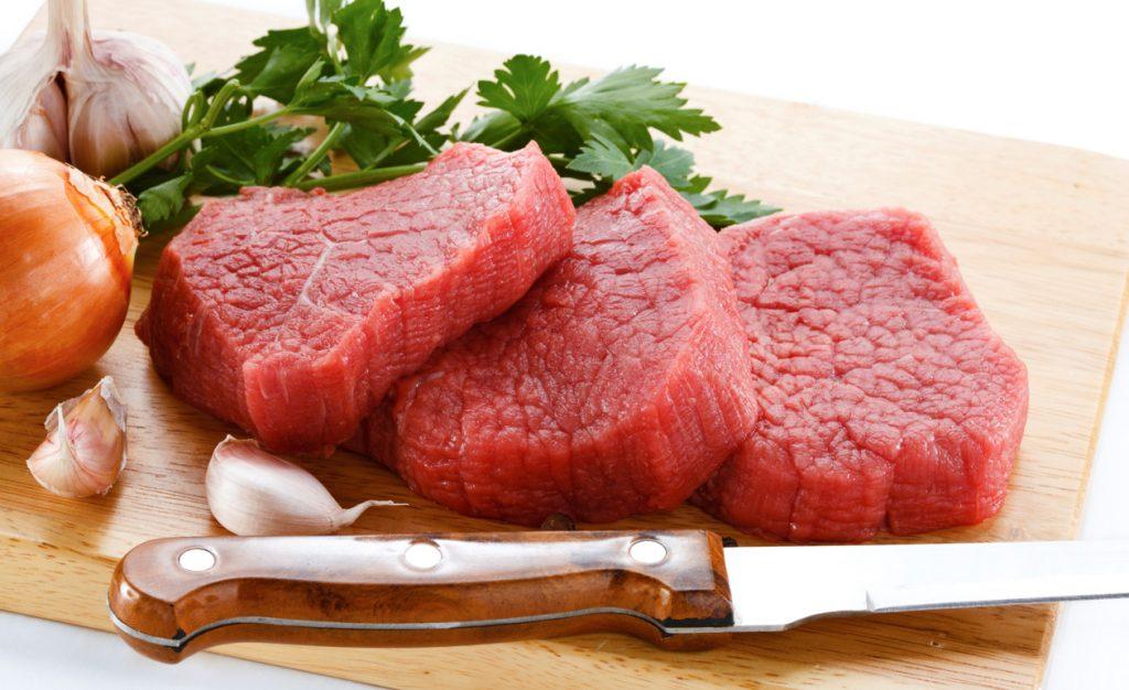 Carne e bebidas são os itens mais cortados nas compras, aponta pesquisa