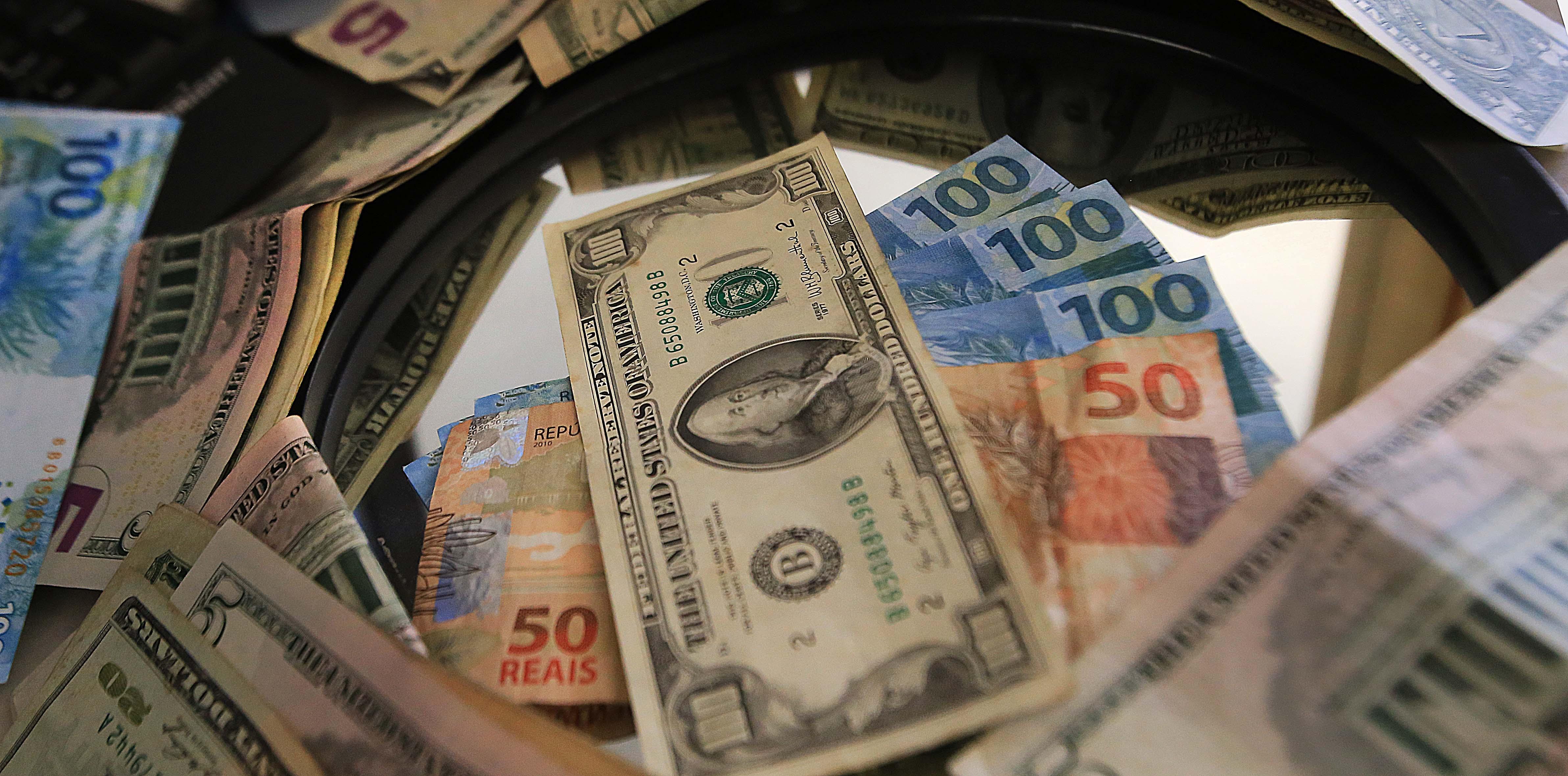 Dólar volta a subir um dia após anúncio de corte e volta da CPMF