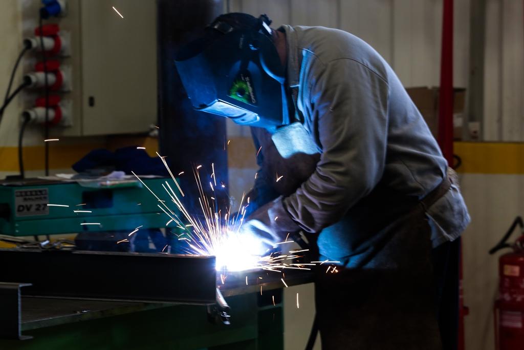 Emprego na indústria cai 7% em setembro, diz IBGE