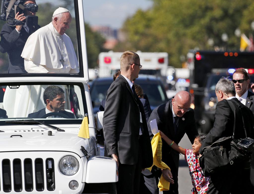 Menina fura bloqueio e entrega carta sobre imigração ao Papa
