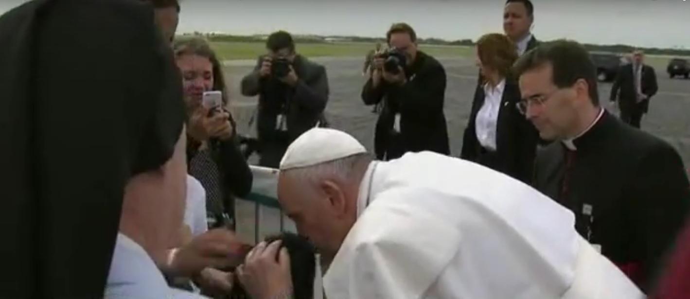 Papa Francisco sai de carro para abraçar menino em cadeira de rodas