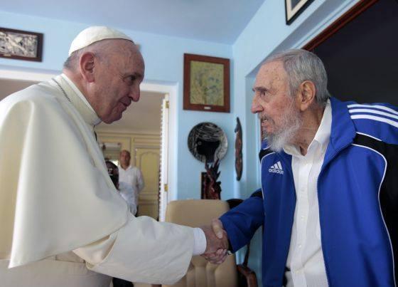 Papa e Fidel Castro trocam presentes durante encontro em Havana