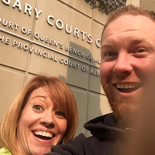 Ex-casal posta selfie momentos depois de realizar o divórcio no Canadá