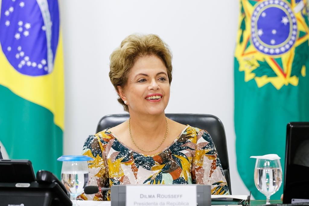 """Otimista com a análise de vetos, Dilma diz que vê """"luz no fim do túnel"""""""
