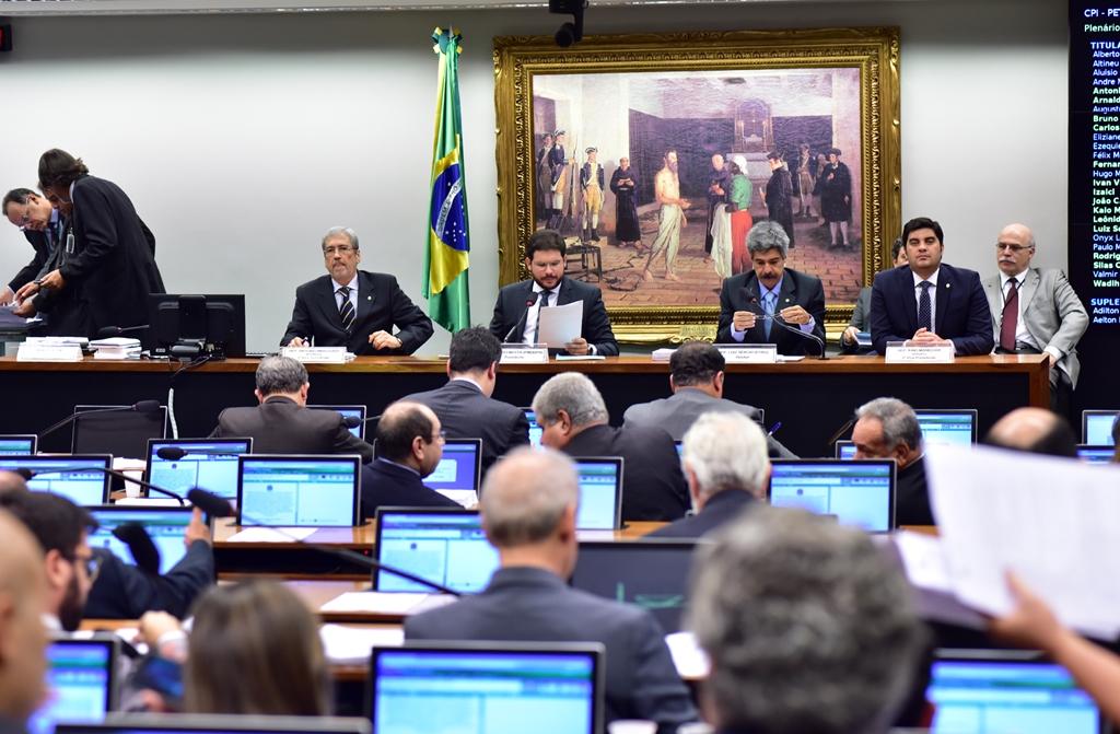 CPI da Petrobras aprova relatório final que isenta Dilma e Lula