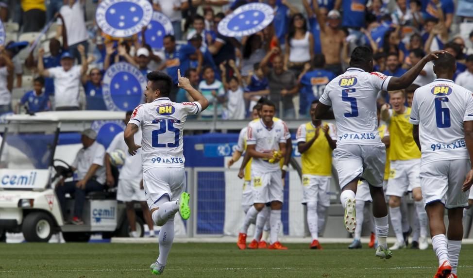 Cruzeiro vence o Fluminense e a Ponte Preta derrota o Coritiba em rodada matinal deste domingo
