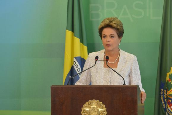 Dilma reduz oito ministérios, trinta secretarias e três mil cargos