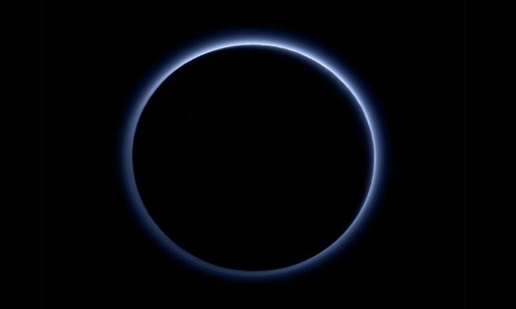 """Nasa anuncia que Plutão tem """"céu azul"""" e """"água congelada"""""""