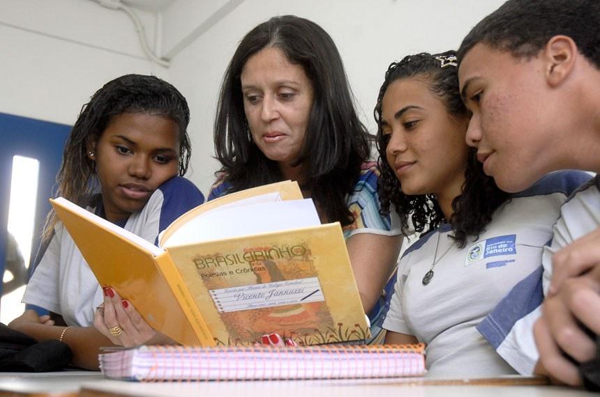 Comissão de Educação aprova aumento do piso salarial dos professores