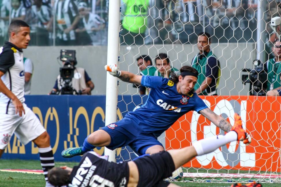 Corinthians bate o Atlético-MG e fica com a mão na taça