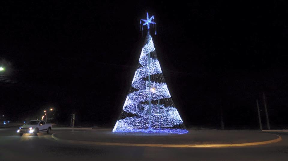 Árvores natalinas são acesas em Parnamirim