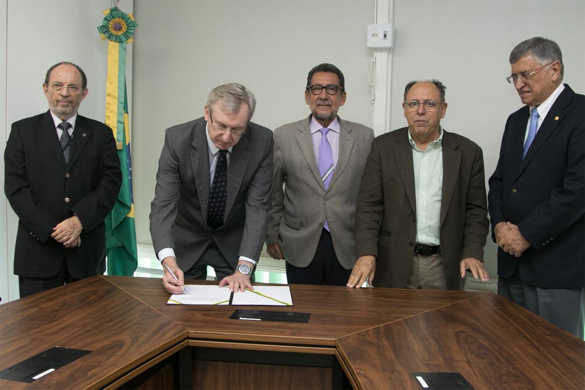 Ministério libera R$ 2 milhões para pesquisa da 'pílula do câncer'
