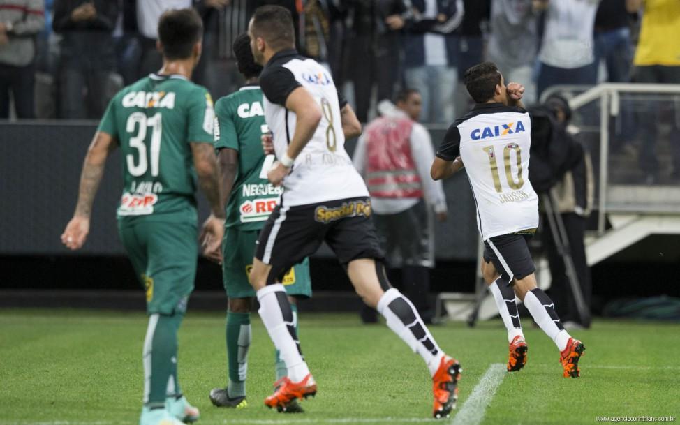 Corinthians vence o Coritiba por 2 a 1 e fica mais perto do título