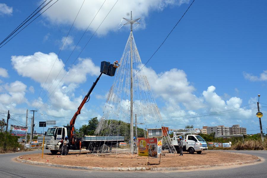 Semsur inicia instalação de iluminação natalina em Parnamirim/RN