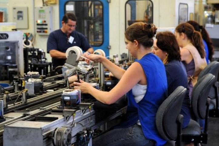 Jovens no Brasil trabalham mais e estudam menos, mostra relatório