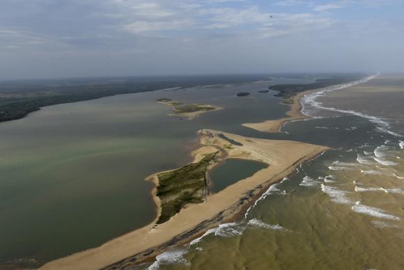 Lama chega ao mar no Espírito Santo e prefeitura interdita praias