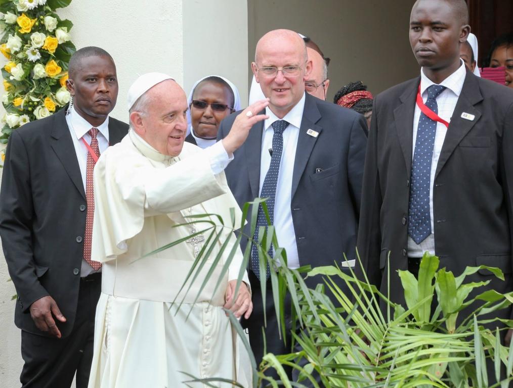 Em apelo ambiental, Papa planta árvore no Quênia
