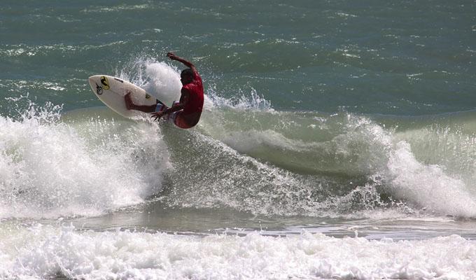 Campeonato reúne surfistas de todo Nordeste na Pipa-RN