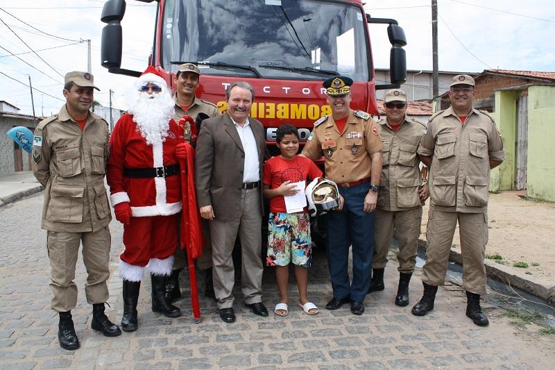 Bombeiros do RN fazem surpresa a garoto que pediu presente ao Papai Noel