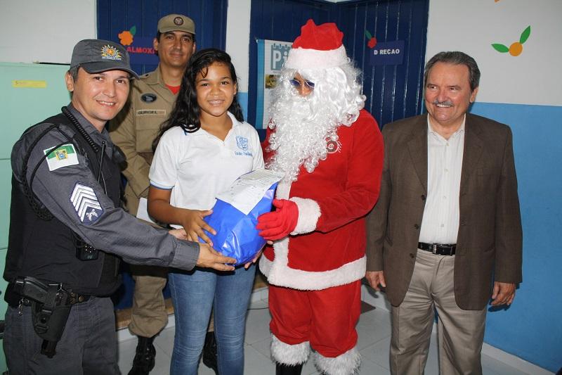 Policiais do Ronda Cidadã distribuem presentes para crianças em Mãe Luiza