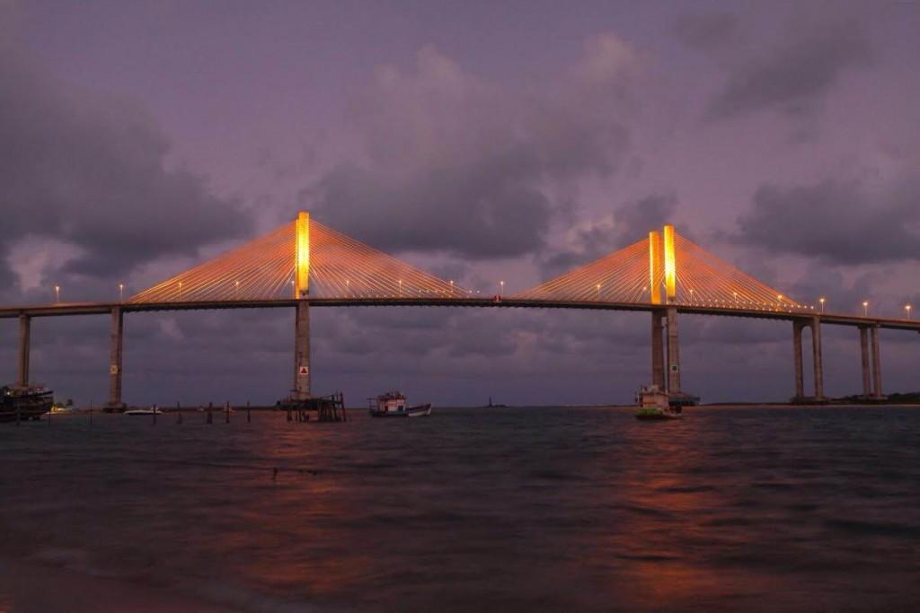 Ponte Newton Navarro é iluminada de laranja em conscientização ao câncer de pele