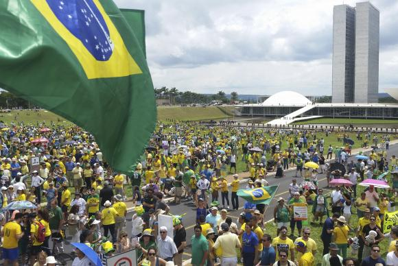 A favor do impeachment, manifestantes vão às ruas em Brasília