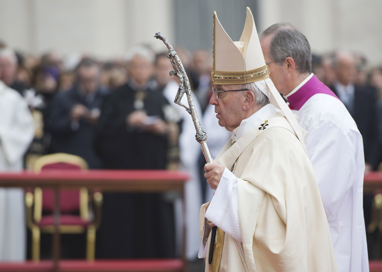 Em missa de Natal, Papa fala de indiferença e consumo