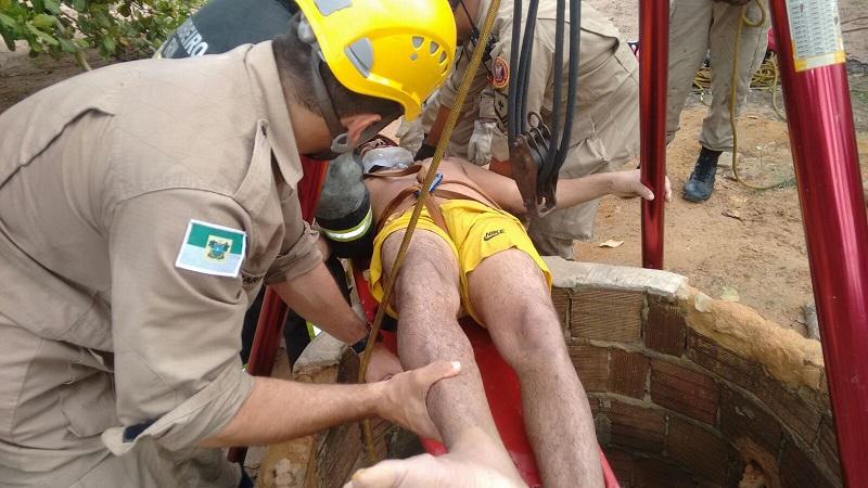 Homem cai em poço de 20 metros e é resgatado pelo Corpo de Bombeiros