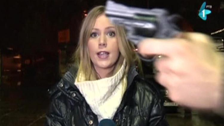 Homem aponta arma durante link ao vivo na Sérvia