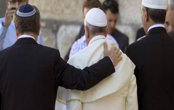 Papa visita sinagoga e chama judeus de 'irmãos mais velhos'