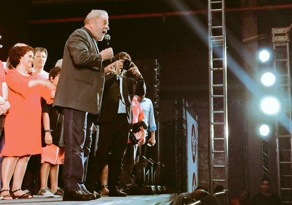 Em festa do PT, Lula não descarta candidatura em 2018
