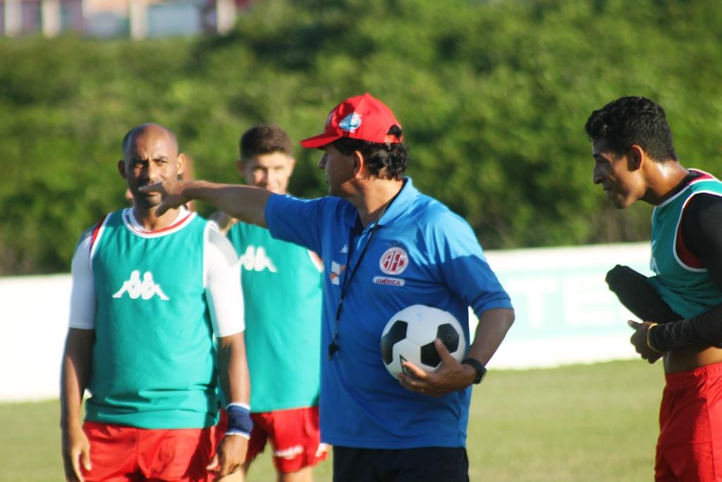 Guilherme Macuglia convoca 18 atletas para a partida em Maceió-AL