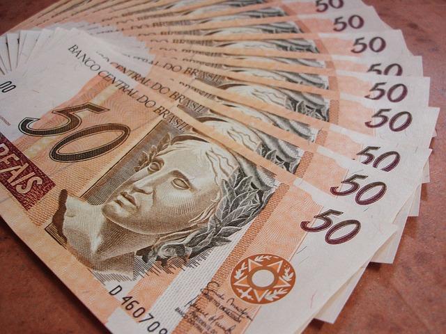 Percentual de famílias endividadas cai para 59,6% em abril, diz CNC
