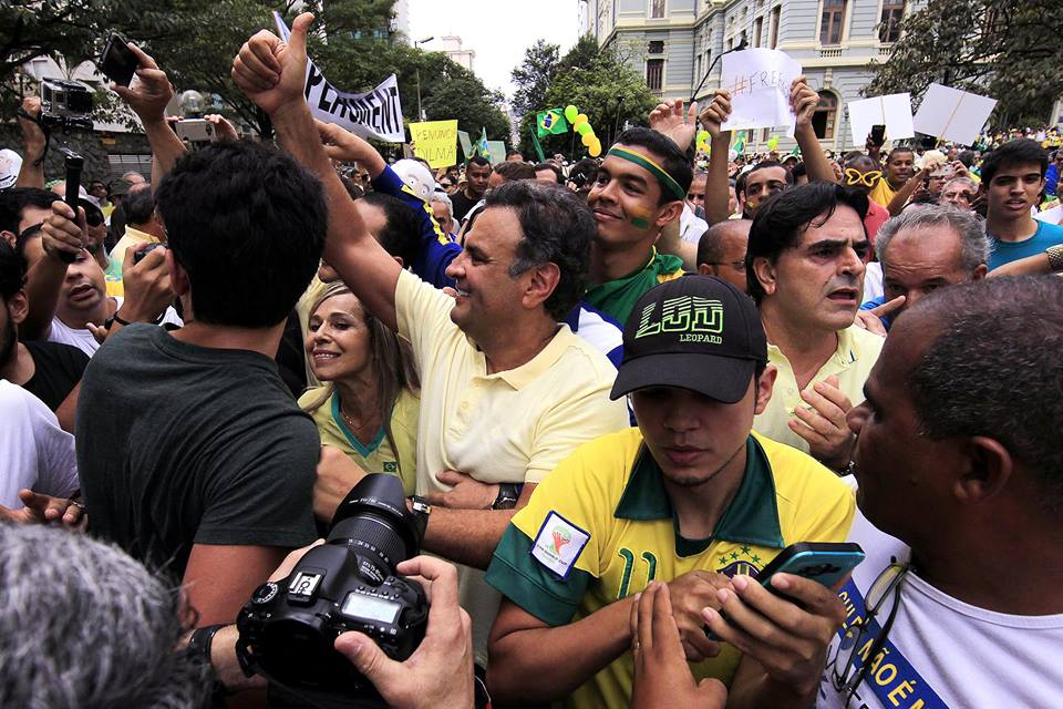 Alckmin e Aécio são vaiados em ato contra o governo na Avenida Paulista