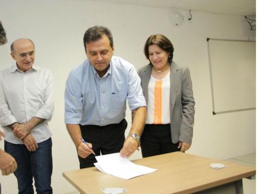 Carlos Eduardo assina PL que autoriza criação do Parque Industrial Metrópole Digital