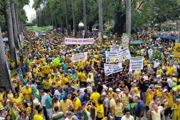 Protestos ajudam a combater a corrupção, diz Transparência