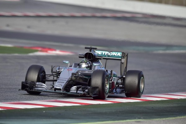 Rosberg vence corrida marcada por acidente e fogo