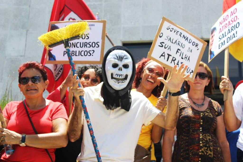 """Servidores estaduais lavam a """"escadaria da corrupção"""" da Assembleia Legislativa"""