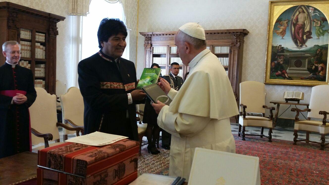 Evo Morales presenteia Papa com livros sobre a folha de coca